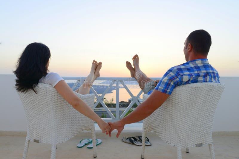 Barefoot и в парах влюбленности держа руки стоковые фотографии rf