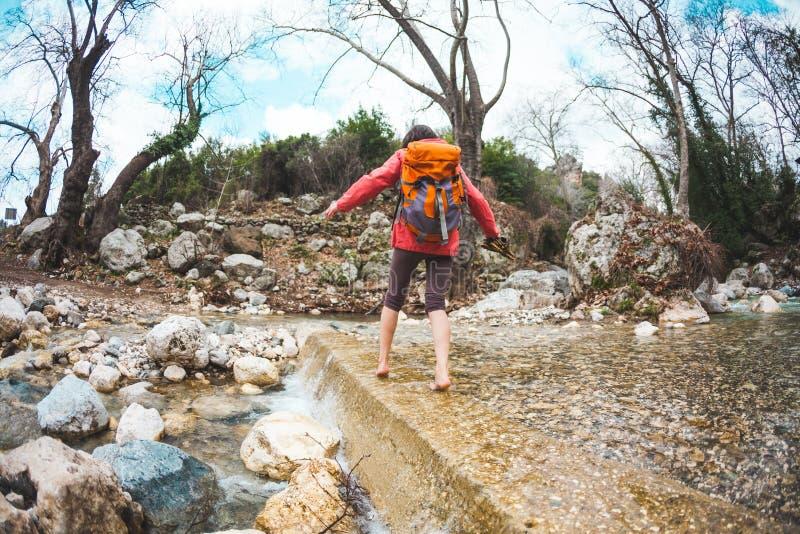 Barefoot ha attraversato il fiume di montagna immagini stock