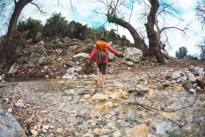 Barefoot ha attraversato il fiume di montagna fotografie stock libere da diritti