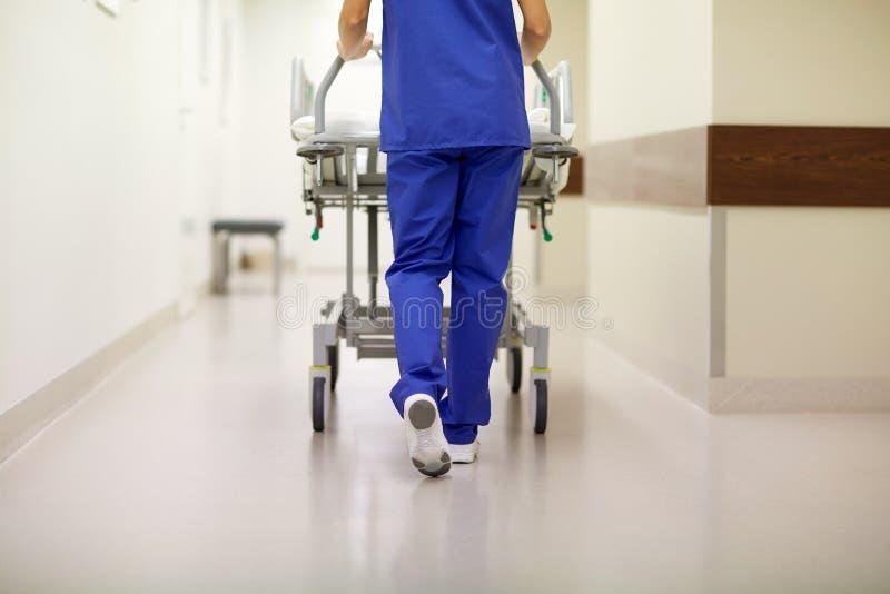 Barella di trasporto dell'ospedale dell'infermiere al pronto soccorso immagini stock libere da diritti