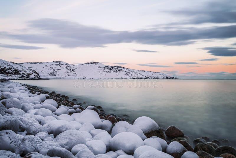 Barents morze przy zmierzchem w zimie, zdjęcia stock