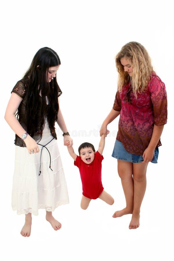 Barfüßigkinder, die mit Kleinkind-Jungen spielen stockbild