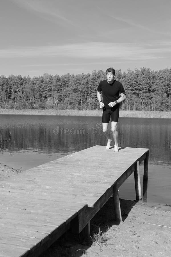 Barfüßigläufer, der auf einem Strand läuft stockfotografie