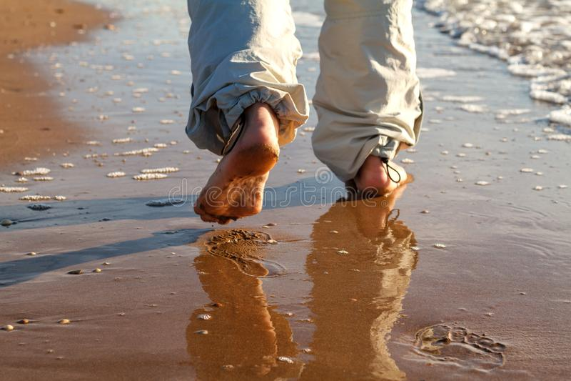 Barfüßigmann, der auf das Strandferienkonzept geht lizenzfreies stockbild