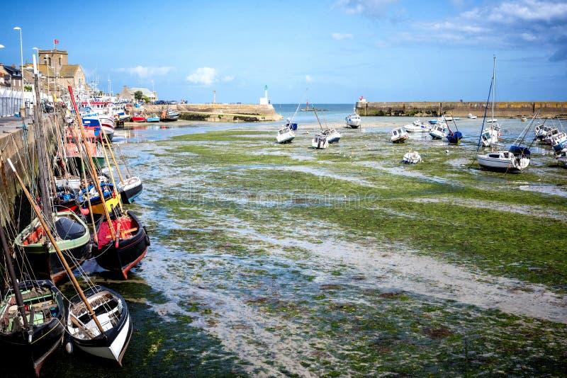 Barfleur: Рыбацкие лодки в гавани Barfleur в Нормандии, Франции стоковые фото
