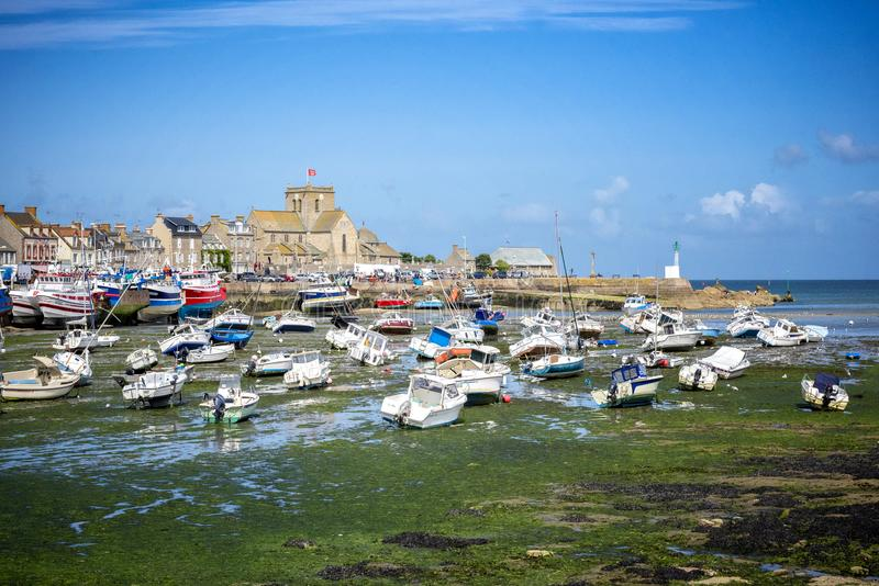 Barfleur: Barcos de pesca no porto de Barfleur em Normandy, França foto de stock