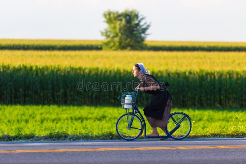 Barfota Amish kvinna på cykeln arkivfoto