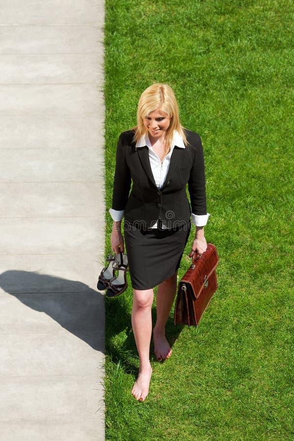 barfota gå för affärskvinna royaltyfria bilder