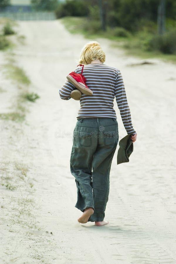 barfota gå kvinna royaltyfri fotografi
