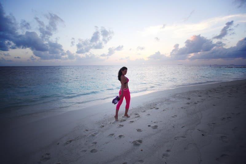 Barfota kvinna som går längs stranden royaltyfria foton