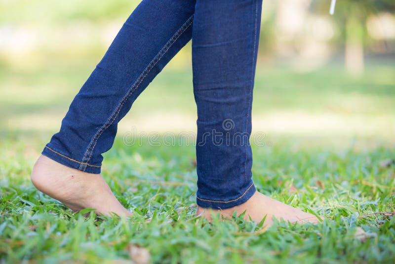 Barfota på gräset royaltyfri bild