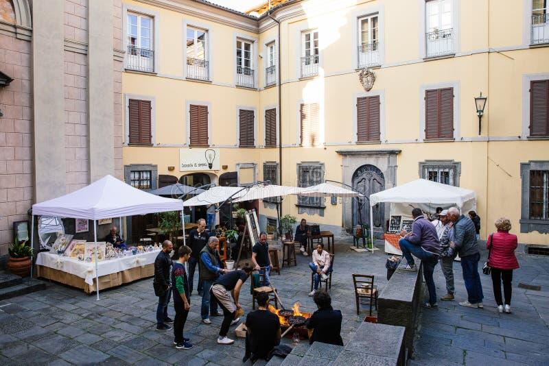 BARGA, ITALIE - 8 OCTOBRE 2017 : Les personnes locales font frire des châtaignes, vin de boissons et apprécient la soirée sur la  photos stock