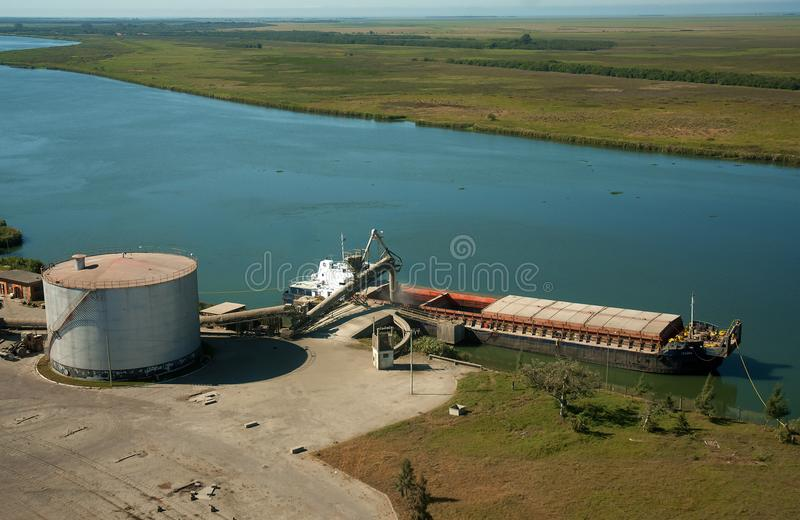 Barge быть нагруженным на стержне в порте Pelotas стоковое изображение rf