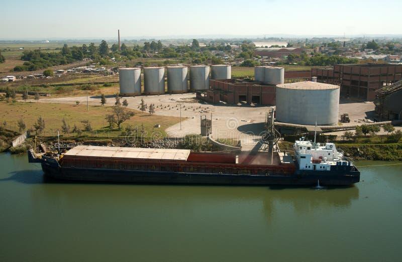 Barge быть нагруженным на стержне в порте Pelotas стоковые фотографии rf