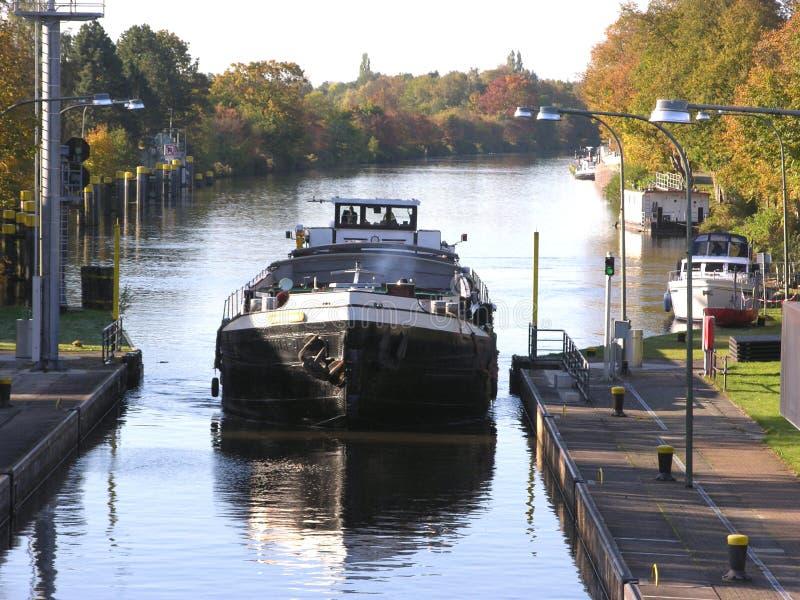 Barge adentro un canal en Oldenburg imagen de archivo