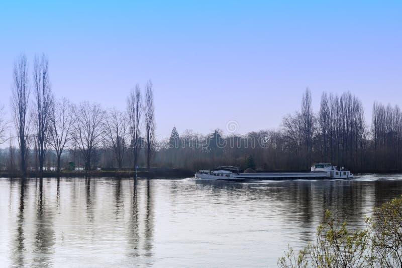 Barge auf der Seine an einem Winternachmittag stockfoto