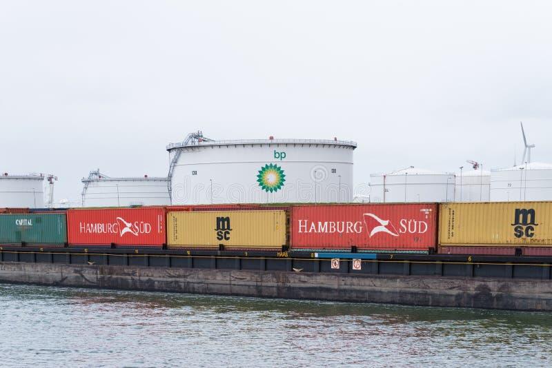 Barge-conteneur dedans Rotterdam photo stock