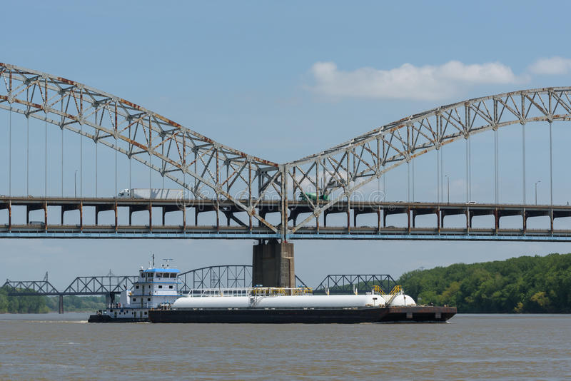 Barge das Überschreiten unter Sherman Minton Bridge auf dem Ohio Ri stockfotografie