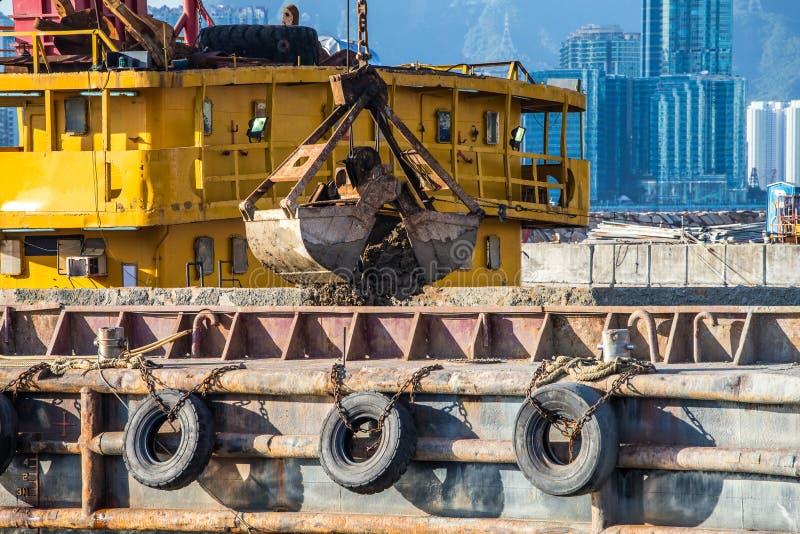 Barge dragando um porto fotografia de stock royalty free