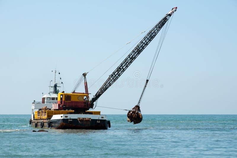 Barge, einen Hafen ausbaggernd lizenzfreie stockfotos