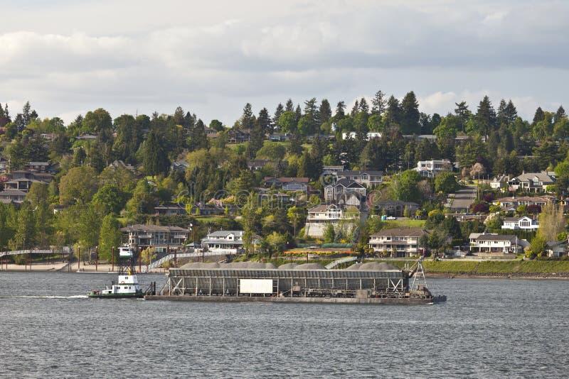 Barge empujando su cargo en el río Columbia Oregon imágenes de archivo libres de regalías