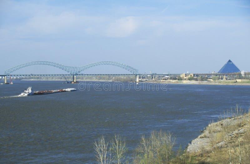 Barge en el río Misisipi con el puente y Memphis, TN en fondo fotografía de archivo