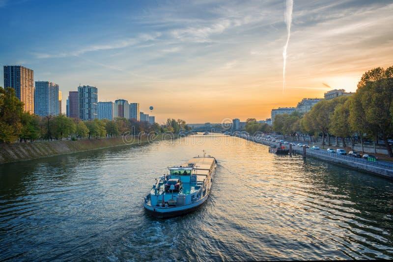 Barge en el río el Sena en la puesta del sol, París Francia imagen de archivo