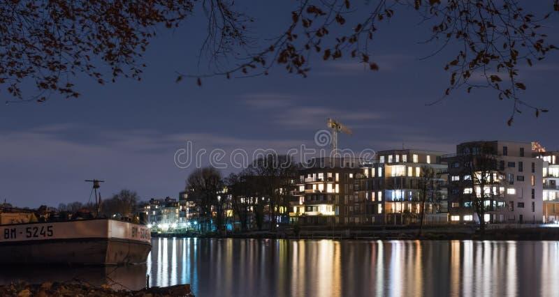 Barge herein einen Hafen nachts lizenzfreies stockbild