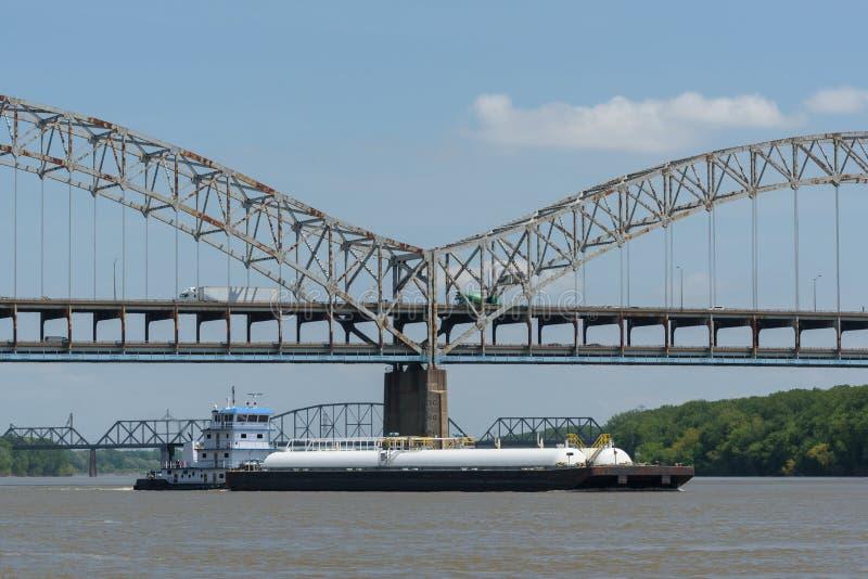 Barge il passaggio sotto Sherman Minton Bridge sull'Ohio Ri fotografia stock