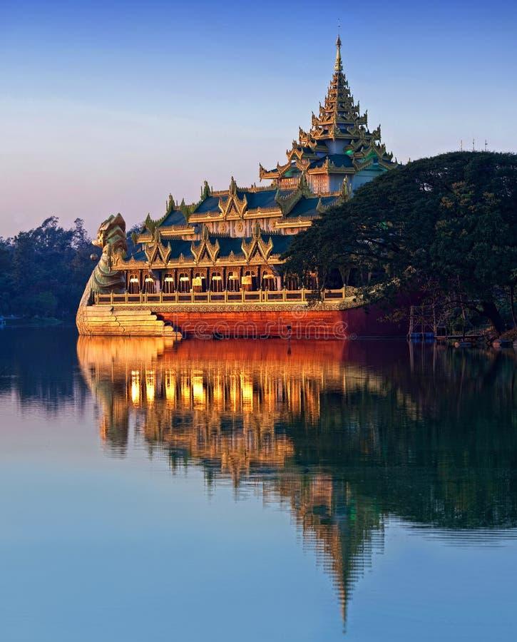 Barge Karaweik en el lago Kandawgyi en Rangún, Myanmar imágenes de archivo libres de regalías