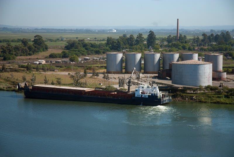 Barge la carga en un terminal en el puerto de pelotas vascas imagen de archivo libre de regalías