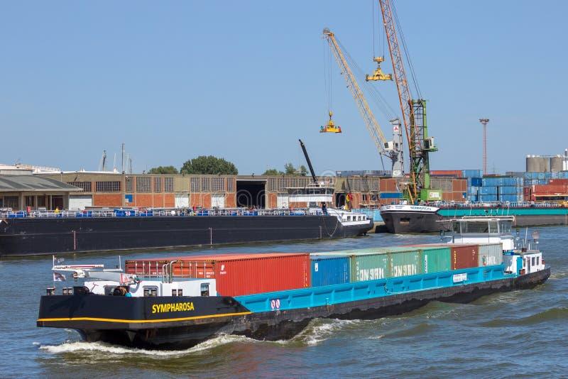 Barge transportierende Behälter des Schiffs im Hafen von Antwerpen stockfoto
