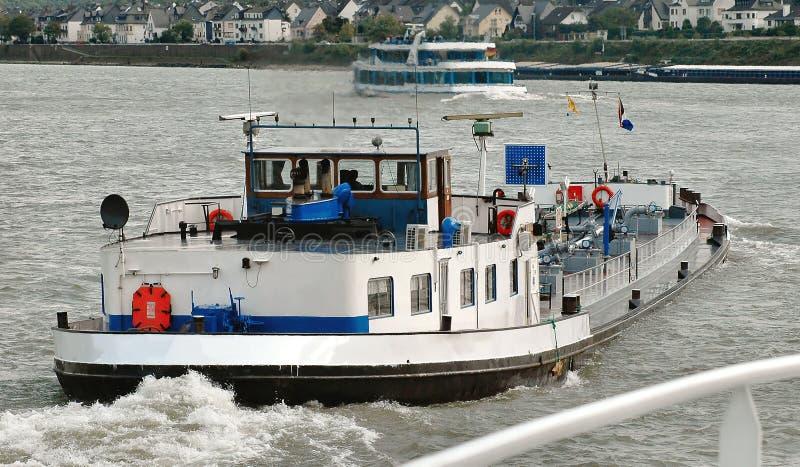 Barge y viaje los barcos en el río de Mosela en Alemania fotos de archivo