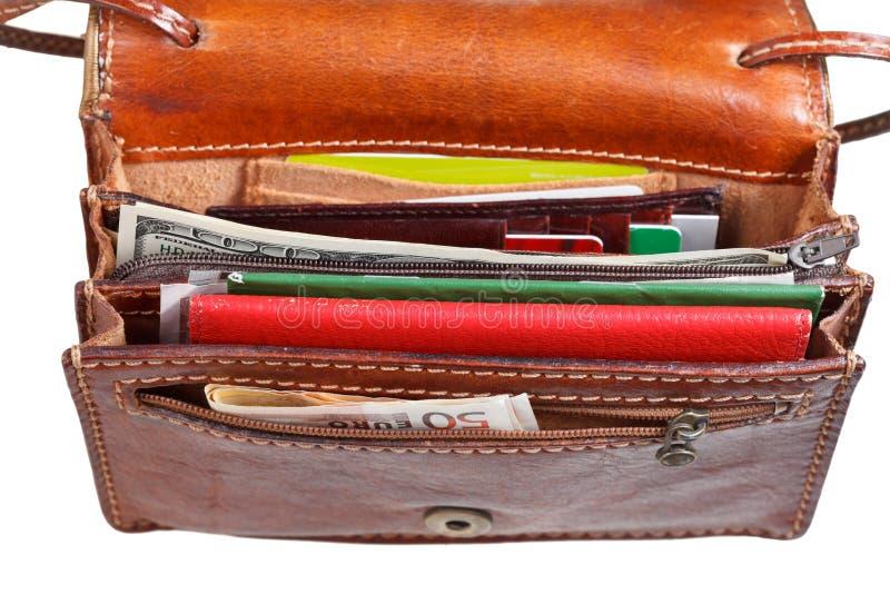 Bargeld, Kreditkarten, Dokumente im kleinen offenen Geldbeutel lizenzfreies stockbild