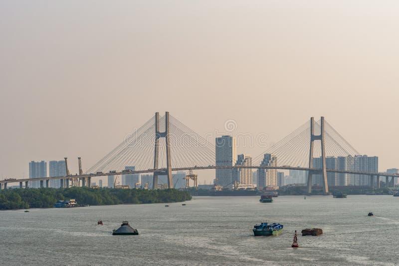 Barges und Phu My bridge über den Fluss Song Sai Gon, Ho Chi Minh City, Vietnam lizenzfreie stockbilder