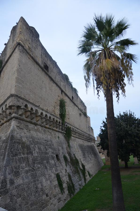 Bari Castle - gammal stadarkitektur royaltyfri fotografi