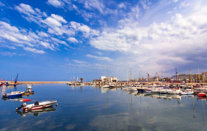 Bari, Italië, Puglia: Mooi landschap met vissersboten, yag stock afbeeldingen