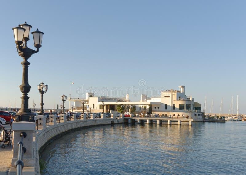 Bari, Italia: faroles de la 'promenade' en el mar adriático imagen de archivo