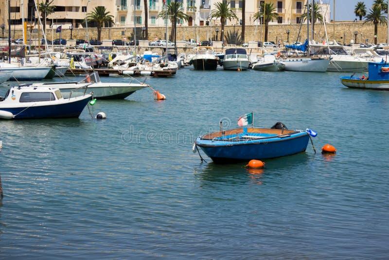 BARI, ITALIA - JULIO 11,2018, barcos en el puerto en el centro de Bari foto de archivo