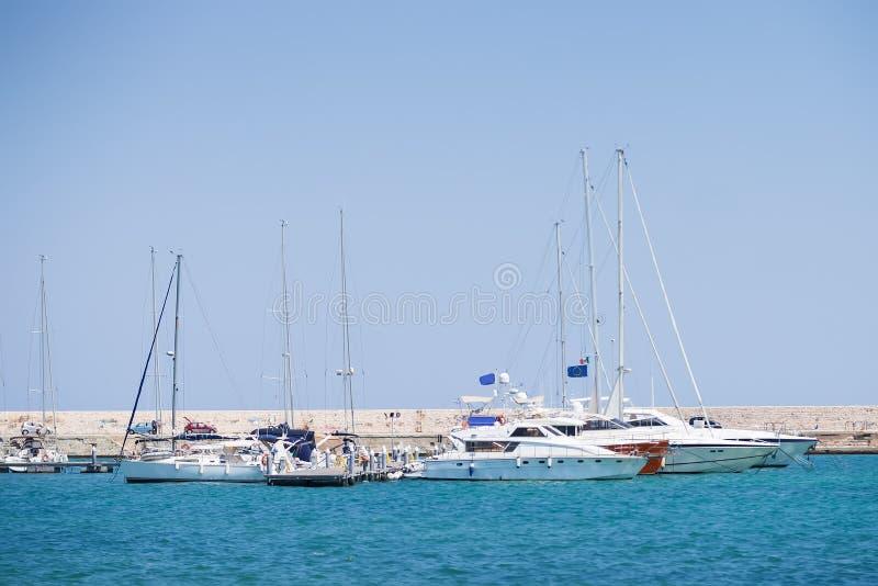 BARI, ITALIA - JULIO 11,2018, Fyachts y barcos en el puerto de Bari, día de verano soleado, Apulia fotos de archivo