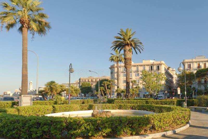 Bari, Italia: parque y 'promenade' en el mar adriático foto de archivo
