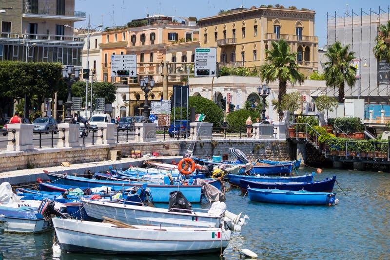 BARI ITALIEN - JULI 11,2018 som fiskar radfartyget i gammal hamn av Bari, region av Apulia fotografering för bildbyråer