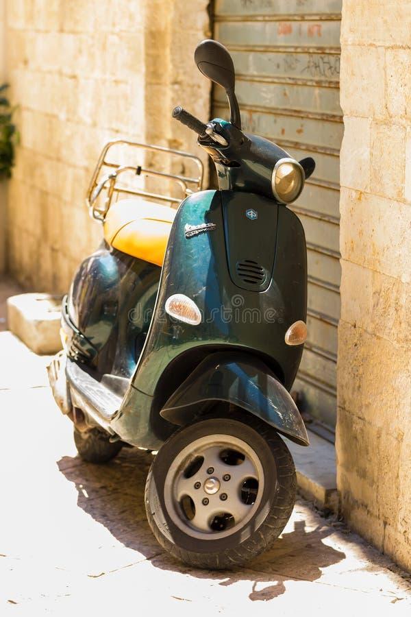 BARI, ITALIEN - 11. JULI 2018 steht Weinleseroller Vespa in einer Gasse stockfoto