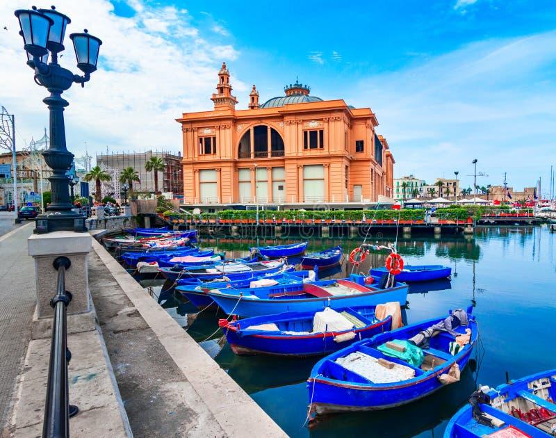 Bari Italien, Puglia: Gatasikt av Margherita Theater i den gamla hamnen arkivbild