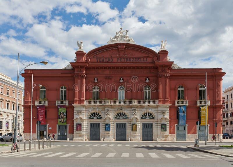 BARI, ITALIEN - 10 september 2019: Facade med Teatro Petruzzelli Opera och Ballet Theater Petruzzelli-teatern är den största royaltyfri foto