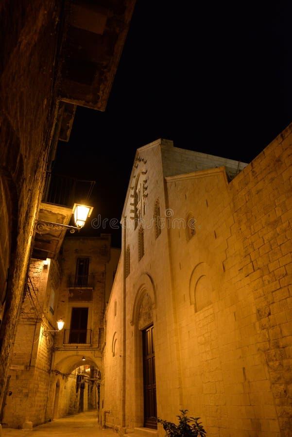 Bari, Pouilles, Italie La vieille ville médiévale et l'église médiévale photographie stock libre de droits