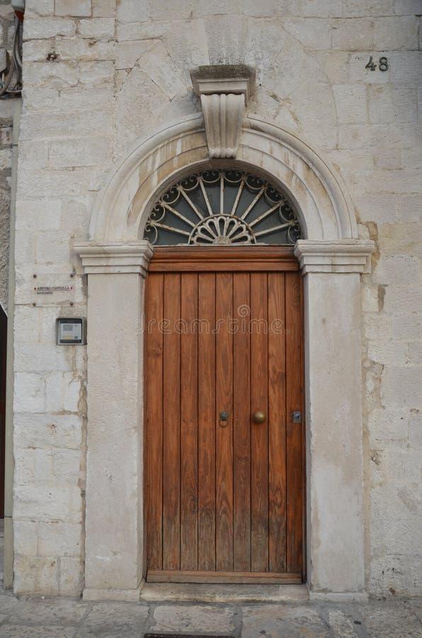 Bari, Włochy - stary drzwi w ulicie zdjęcia stock
