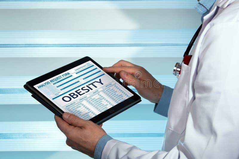 Bariatrist com um diagnóstico da obesidade do paciente no medica digital foto de stock