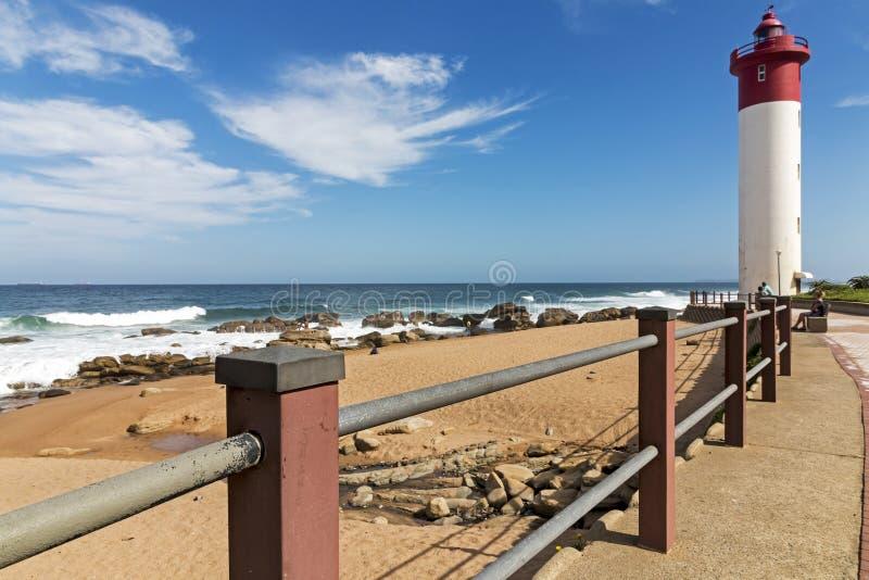 Bariera Przeciw latarni morskiej i Błękitnemu Seascape Czerwonej i Białej zdjęcie royalty free