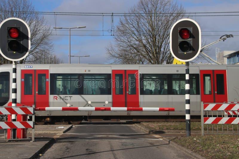 Bariery i czerwieni światła ruchu przy skrzyżowaniem z metrem przy stacyjnym De Tochten w Rotterdam Zevenkamp w holandiach zdjęcia stock